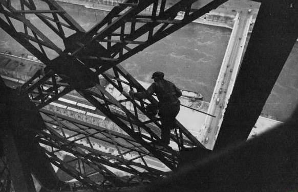 رنگ کردن برج ایفل در 83 سال قبل